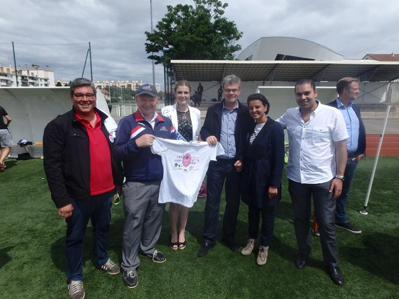 Jacques Cavezzan presentant le Tshirt souvenir des LIONNES