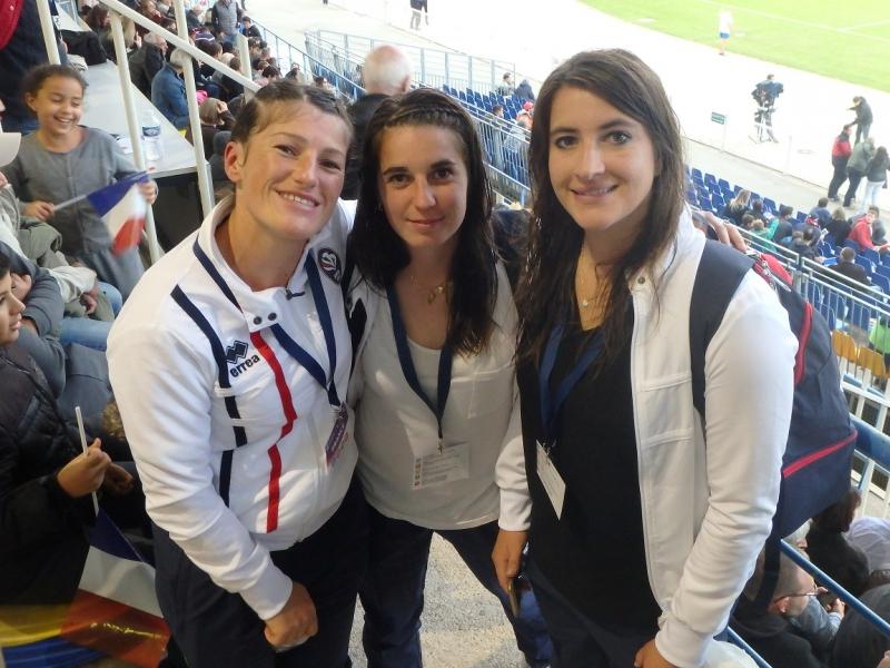 Sandrine avec deux collègues tricolores