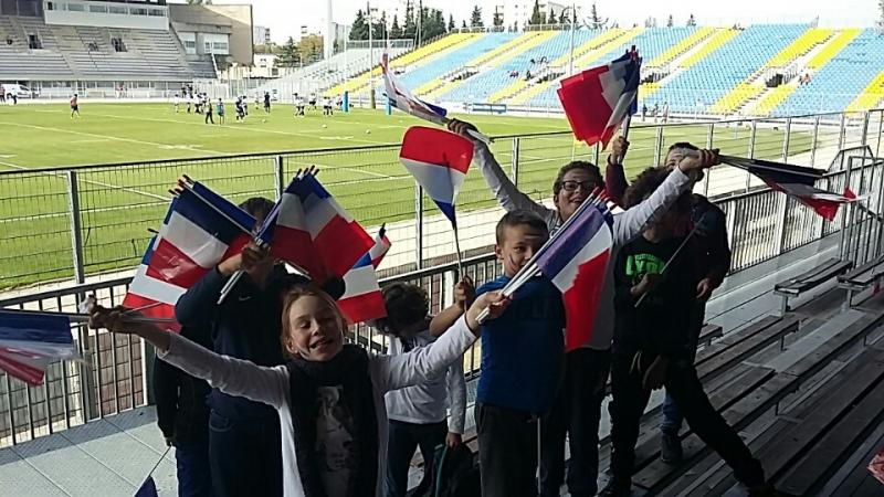 la joie des jeune sde l'ecole de rugby avec les drapeaux tricolores